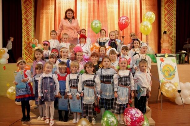 Директор центра Светлана Аристова с детьми победителями конкурса. Фото на память.